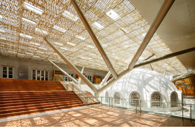 National Gallery Singapore A golden roof tiled with 15,000 aluminium panels shines vigorously in sunny days