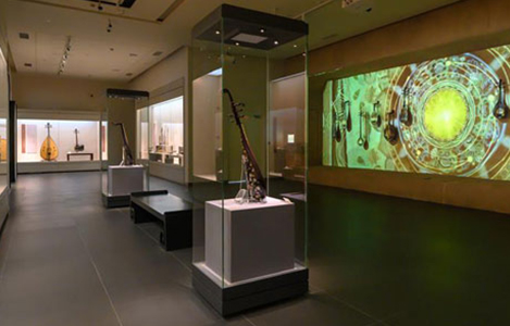 Minhang Museum Frameless scalable Display Case on Pedestal