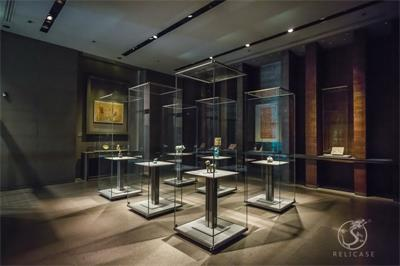 all glass museum display case-Museum of Islamic Art, Doha