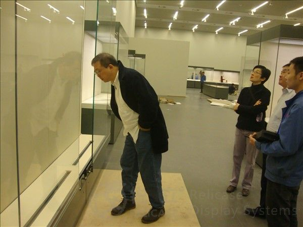 Hong Kong director studied museum display casesa 2
