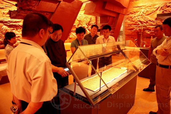 Mr. Lv Zhangshen inspects display cases