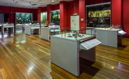National Textile Museum Of Malaysia Frameless scalable Display Case on Pedestal