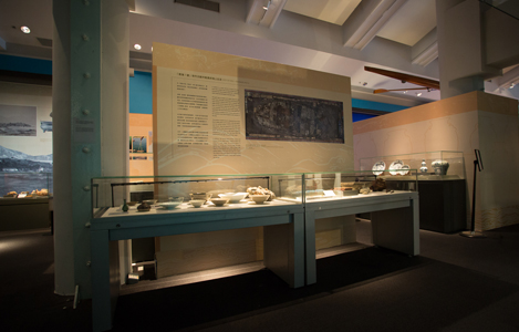 Hong Kong Maritime Museum Frameless scalable Display Case on Pedestal