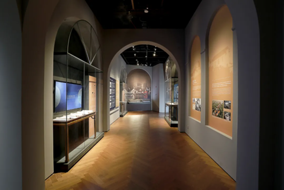 Shanghai Astronomy MuseumShowcases with Roman vault